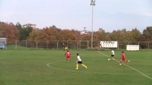 Τη στιγμή που η μπάλα φεύγει από το πόδι του Μπαλίτσα ο Αντωνόπουλος καλύπτεται καθαρά.