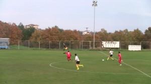 Η μπάλα έχει ήδη φύγει από το πόδι του Μπαλίτσα κι ο Αντωνόπουλος ακόμα καλύπτεται.